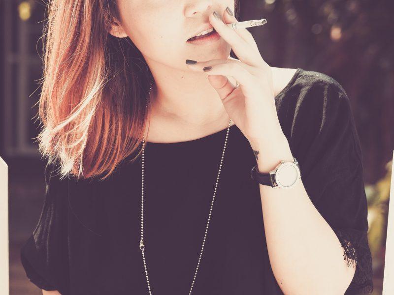 Vrouw met sigaret