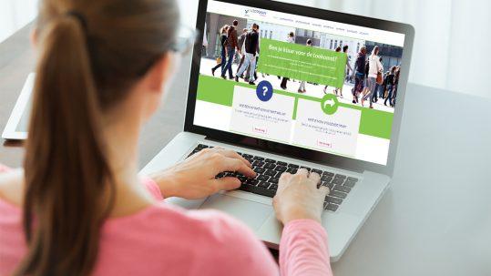 Vrouw bezoekt website