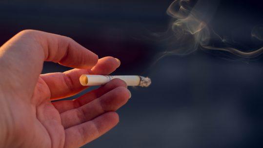 Hand met sigaret
