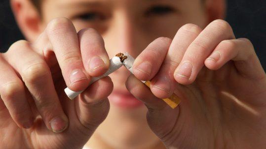 Jongen breekt sigaret