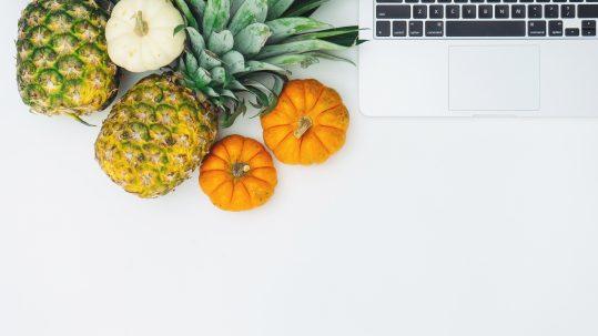 Laptop met ananassen en pompoenen