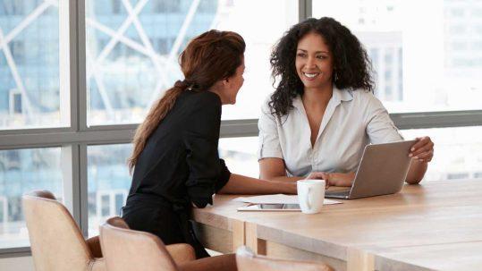 Twee vrouwen tijdens een werkoverleg