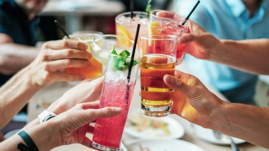 Proosten met cocktails