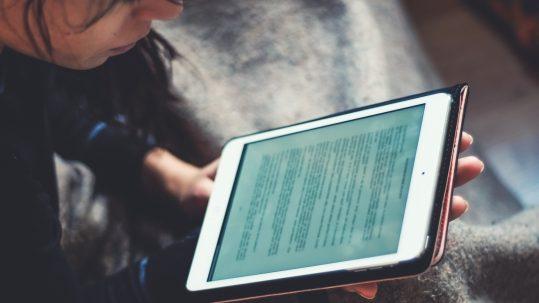 Vrouw aan het lezen op iPad