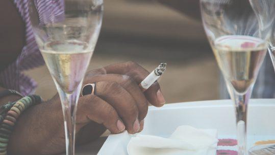 Champagneglazen en sigaret